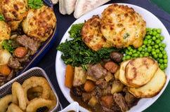 在爱尔兰壮健炖煮的食物的牛肉用饺子 免版税库存照片