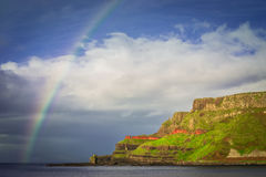 在爱尔兰峭壁的彩虹 免版税库存照片