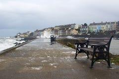 在爱尔兰海的一场冬天风暴被打击的地方港口 免版税库存图片