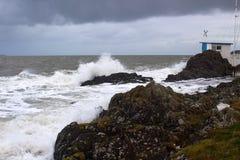 在爱尔兰海的一场冬天风暴被打击的地方游艇俱乐部种族塔台 免版税库存照片