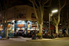 在爱尔兰酒吧附近的场面在平衡的街道照明 免版税库存照片