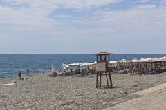 在爱德乐观看罗莎Khutor海滩,索契的手段解决 库存照片