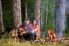 在爱或年轻愉快的家庭的夫妇一起花费时间 库存图片