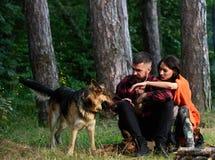在爱或年轻愉快的家庭的夫妇一起花费时间 库存照片