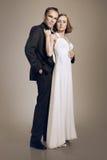 在爱拥抱的典雅的夫妇 免版税库存图片