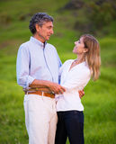 在爱拥抱的成熟中年夫妇 免版税库存照片