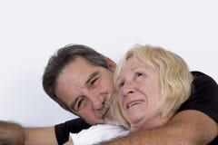 在爱拥抱的资深夫妇 免版税图库摄影