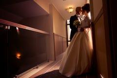 在爱拥抱的年轻美好的merried夫妇 免版税图库摄影
