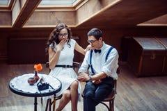 在爱接合的浪漫夫妇在咖啡馆 免版税库存照片