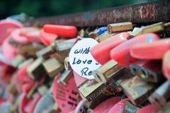 在爱桥梁的锁 免版税库存照片