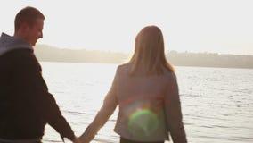 在爱步行的愉快的夫妇在码头,高兴并且互相爱抚 股票视频