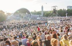 在爱沙尼亚语全国歌曲节日的人群在塔林 免版税库存照片