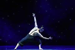 在爱现代舞蹈的苍鹰树 免版税库存图片