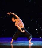 在爱现代舞蹈的苍鹰树 库存图片