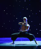 在爱现代舞蹈的苍鹰树 免版税库存照片