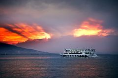 在爱琴海的汽船和伊兹密尔咆哮与乘客和  免版税图库摄影