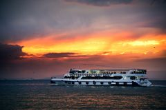 在爱琴海的汽船和伊兹密尔咆哮与乘客和  免版税库存图片