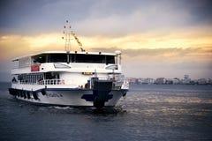 在爱琴海的汽船和伊兹密尔咆哮与乘客和  库存照片