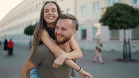 在爱的Сouple 一起步行沿着向下街道和微笑与emions的一个人的肩膀的一个女孩 股票录像