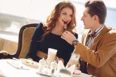在爱的一对夫妇在夏天咖啡馆 免版税图库摄影