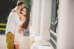 在爱的一对年轻夫妇在城市在夏天停放 免版税库存照片