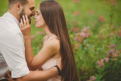 在爱的一对年轻夫妇在城市在夏天停放 免版税库存图片