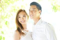 在爱的亚洲夫妇在highkey 免版税图库摄影