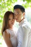 在爱的亚洲夫妇在highkey 免版税库存照片