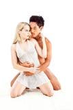 在爱的人种间亚洲和白种人肉欲的赤裸夫妇 免版税库存照片