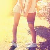 在爱的夏天生活方式五颜六色的照片年轻夫妇 免版税库存图片