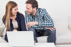 在爱的夫妇使用计算机 免版税库存图片