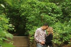 在爱的夫妇在公园走 图库摄影