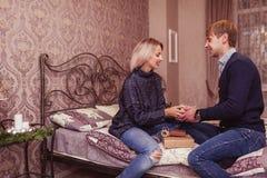在爱的夫妇在卧室 库存图片