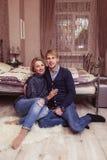在爱的夫妇在卧室 库存照片