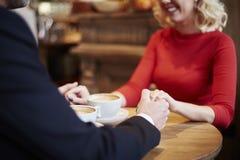在爱的夫妇在咖啡馆 库存图片