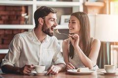 在爱的夫妇在咖啡馆 免版税库存照片