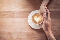 在爱的夫妇在咖啡馆 免版税图库摄影