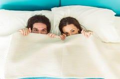 在爱的夫妇在床上 免版税图库摄影