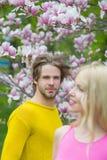在爱的夫妇在开花的花,春天 免版税库存照片