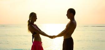 在爱的夫妇在日出 免版税库存图片
