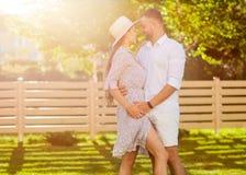 在爱的夫妇在日落容忍 美国风格 免版税库存图片