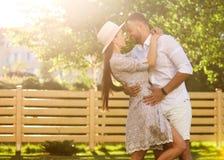 在爱的夫妇在日落容忍 图库摄影