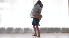 在爱的夫妇在早晨容忍和亲吻 影视素材