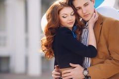 在爱的夫妇在春天城市的背景 库存图片