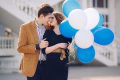 在爱的夫妇在春天城市的背景 免版税库存图片