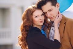 在爱的夫妇在春天城市的背景 库存照片