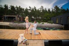 在爱的夫妇在木码头 库存照片