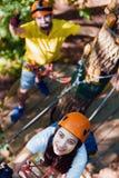 在爱的夫妇在极端绳索公园享受活跃休闲 免版税图库摄影