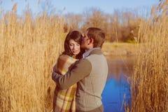 在爱的夫妇在河附近在春天 免版税库存照片