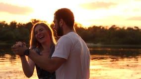在爱的夫妇在海滩 股票视频